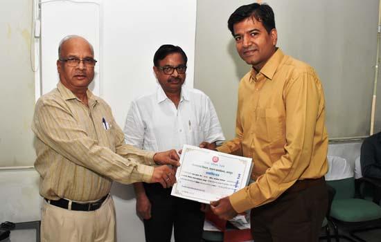महाप्रबन्धक महोदय ने उत्कृष्ट कार्य करने वाले रेलकर्मियों को पुरस्कार प्रदान कर सम्मानित किया
