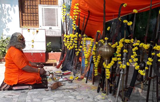 तपोभूमि लालीवाव मठ में शस्त्र पूजन