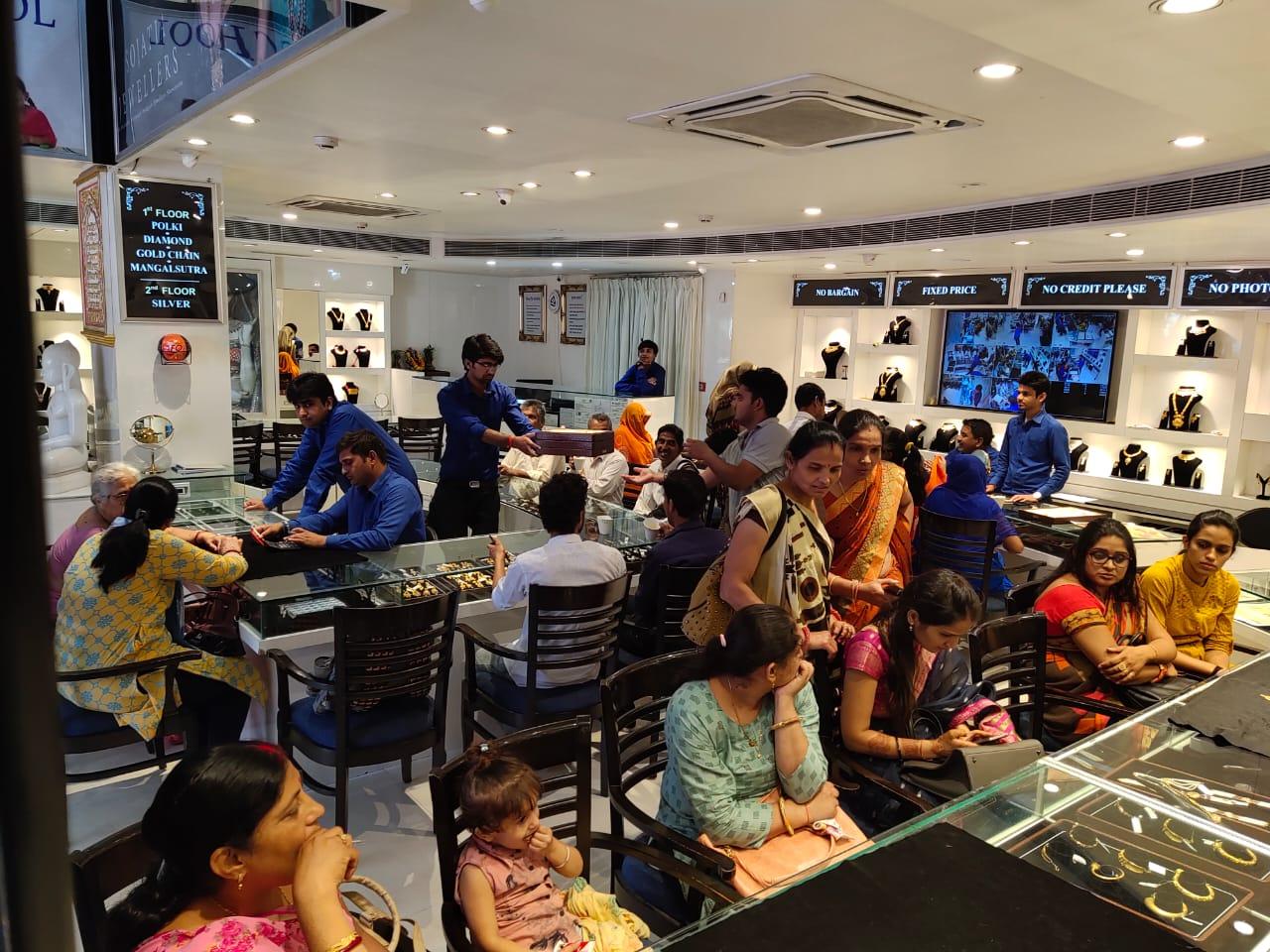 सोजतिया ज्वैलर्स पर प्राईड ऑफ मेवाड प्रदर्शनी में मेवाड की डिजाईनों को कर रहे पसन्द