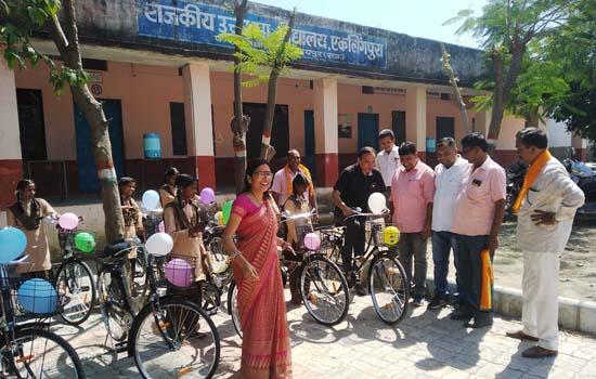 अंतर्राष्ट्रीय बालिका दिवस पर 32 बेटियों को साइकिलों की सौगात