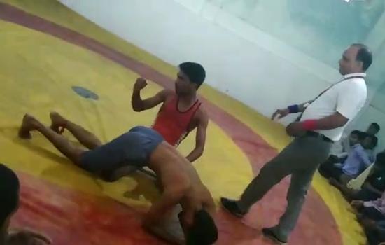 मात्स्यकी महाविद्यालय के रमन वैष्णव ने ५७ किग्रा भार मे जीती कुश्ती