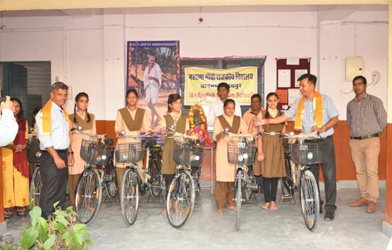 नौवीं कक्षा में प्रवेश लेने वाली छात्राओं को नि:शुल्क साइकिल वितरण