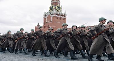 द्वितीय विश्व युद्ध की वर्दी पहने रूसी सैनिकों ने परेड की
