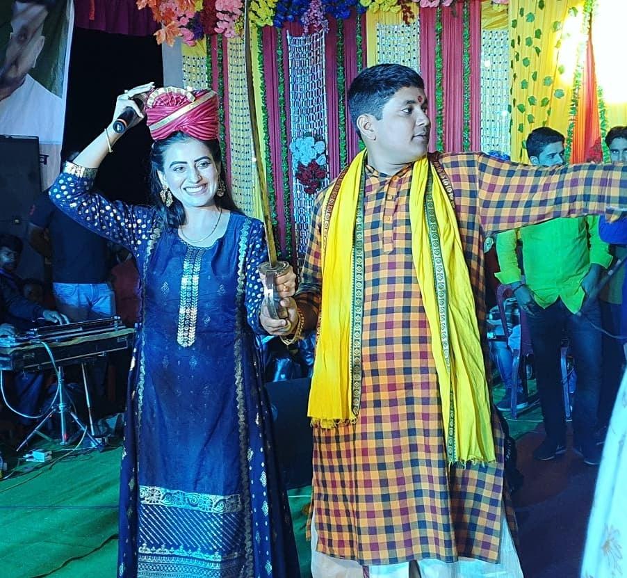बाबू वीर कुंवर सिंह की धरती पर पगड़ी और तलवार से सम्मानित होने वाली पहली फिल्मी हस्ती बनीं अक्षरा सिंह