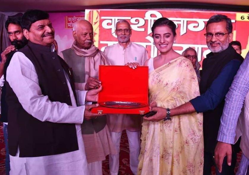 कुशीनगर महोत्सव में अक्षरा सिंह को शिवपाल यादव ने किया सम्मानित