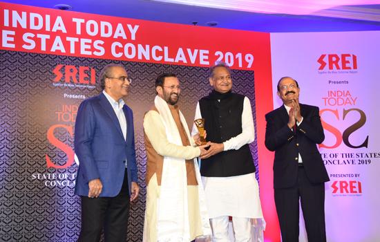 मुख्यमंत्री श्री गहलोत ने केन्द्रीय मंत्री श्री जावड़ेकर से अवार्ड ग्रहण किया