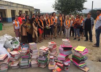 186 छात्र छात्राओं को वितरित की स्कूली सामग्री