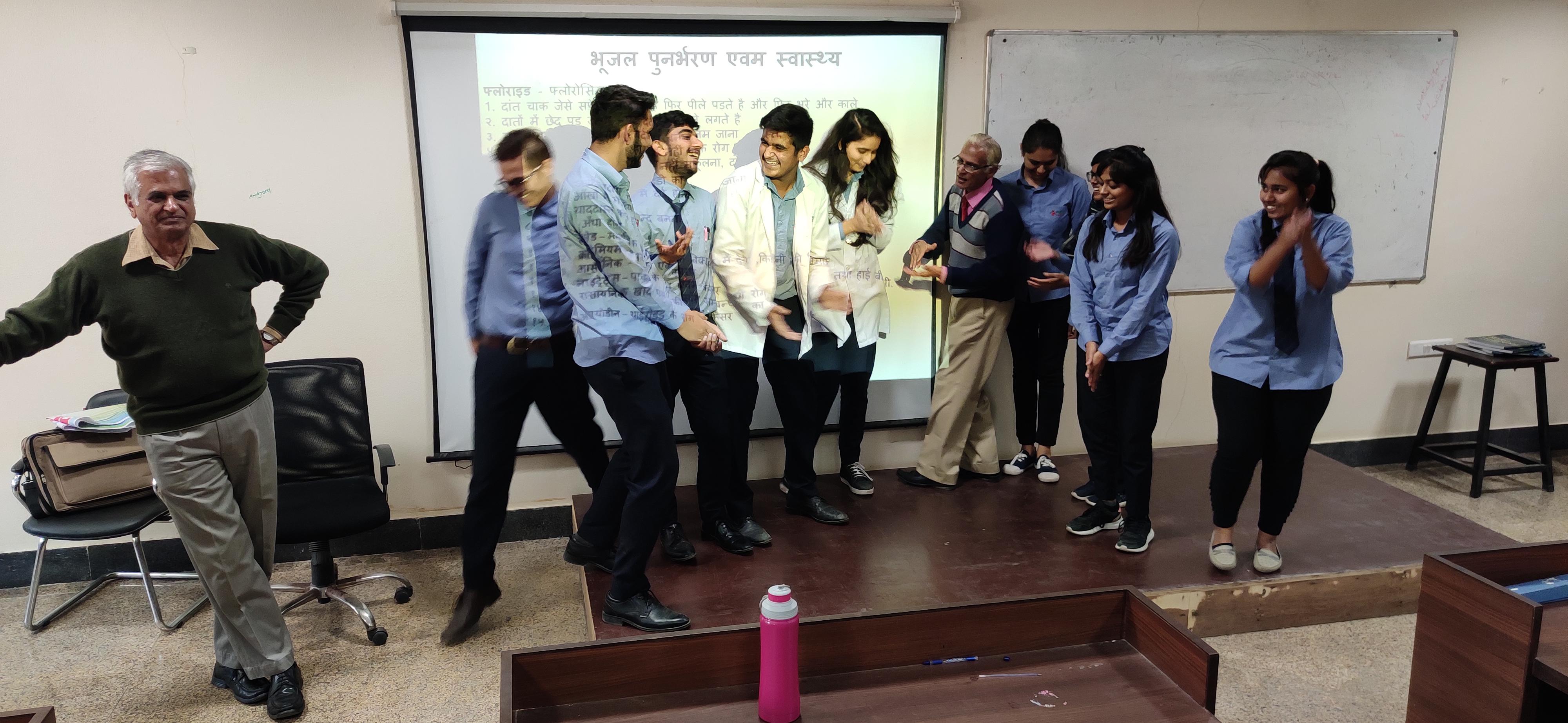 प्यासी मौत का मंचन,जलमित्र बने मेडिकल छात्र