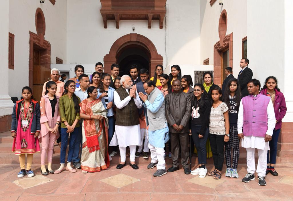 प्रतिभावान छात्राएं मिली प्रधानमंत्री मोदी जी से