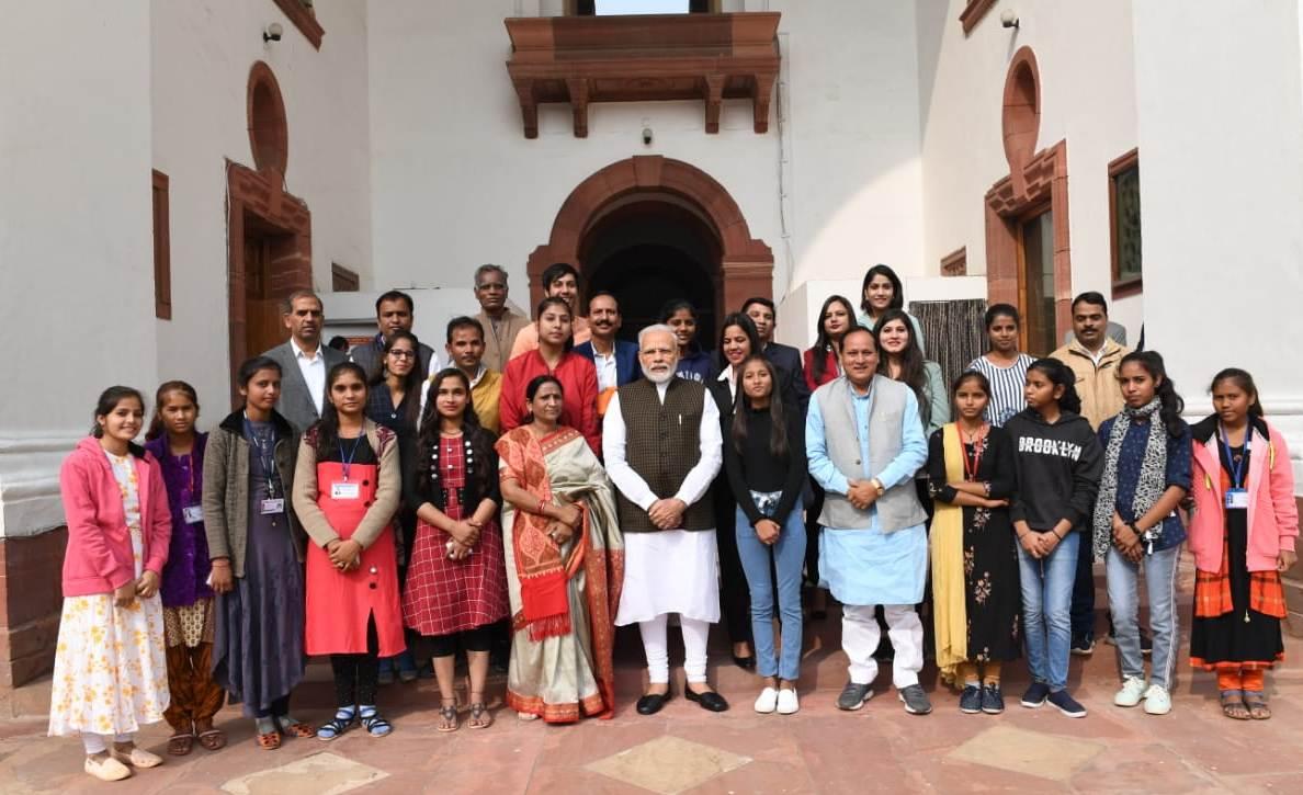 दिल्ली दर्शन कर उदयपुर लौटी जनजाति छात्राएं