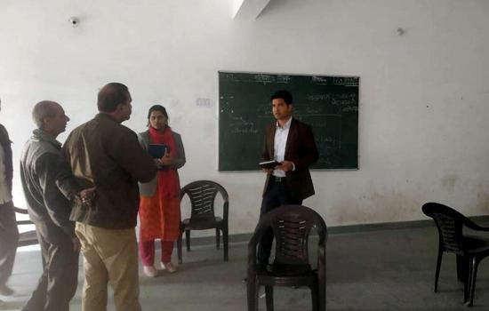 चुनाव पर्यवेक्षक ने किया मतदान केन्द्रों का निरीक्षण