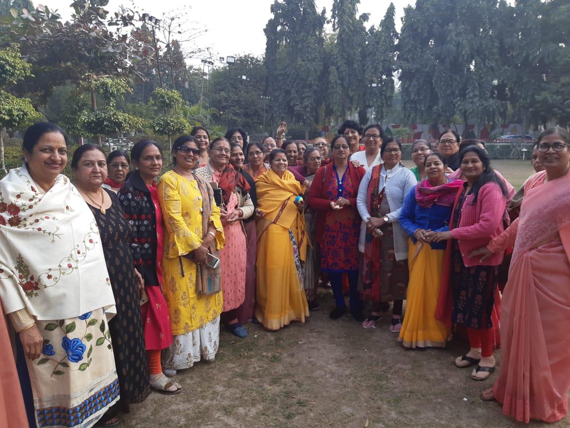 दान पुण्य के बाद महिलाओं ने खेला सितोलिया