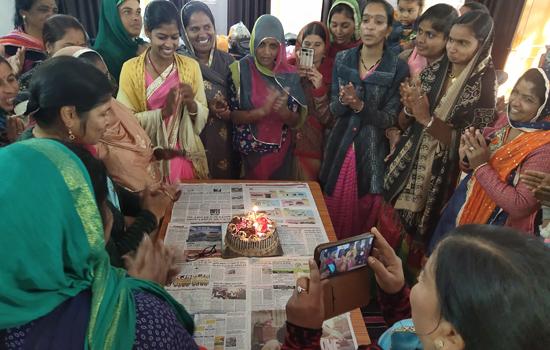 सखी संगम फेडरेशन ने केक काटकर मनाई प्रथम वर्षगांठ