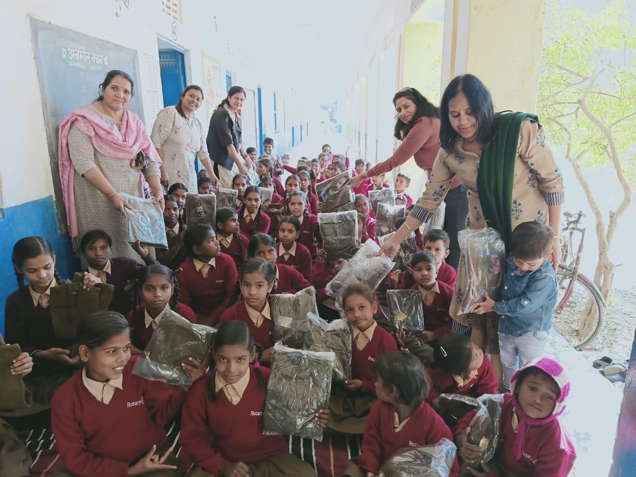 विद्यालय में 150 बच्चों को स्वेटर वितरण किये