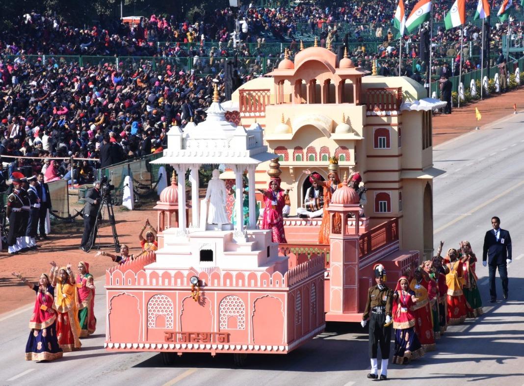 नई दिल्ली के राजपथ पर गणतंत्र दिवस परेड फूल ड्रेस रिहर्सल में राजस्थान की झांकी ने दर्शकों का मन मोहा।