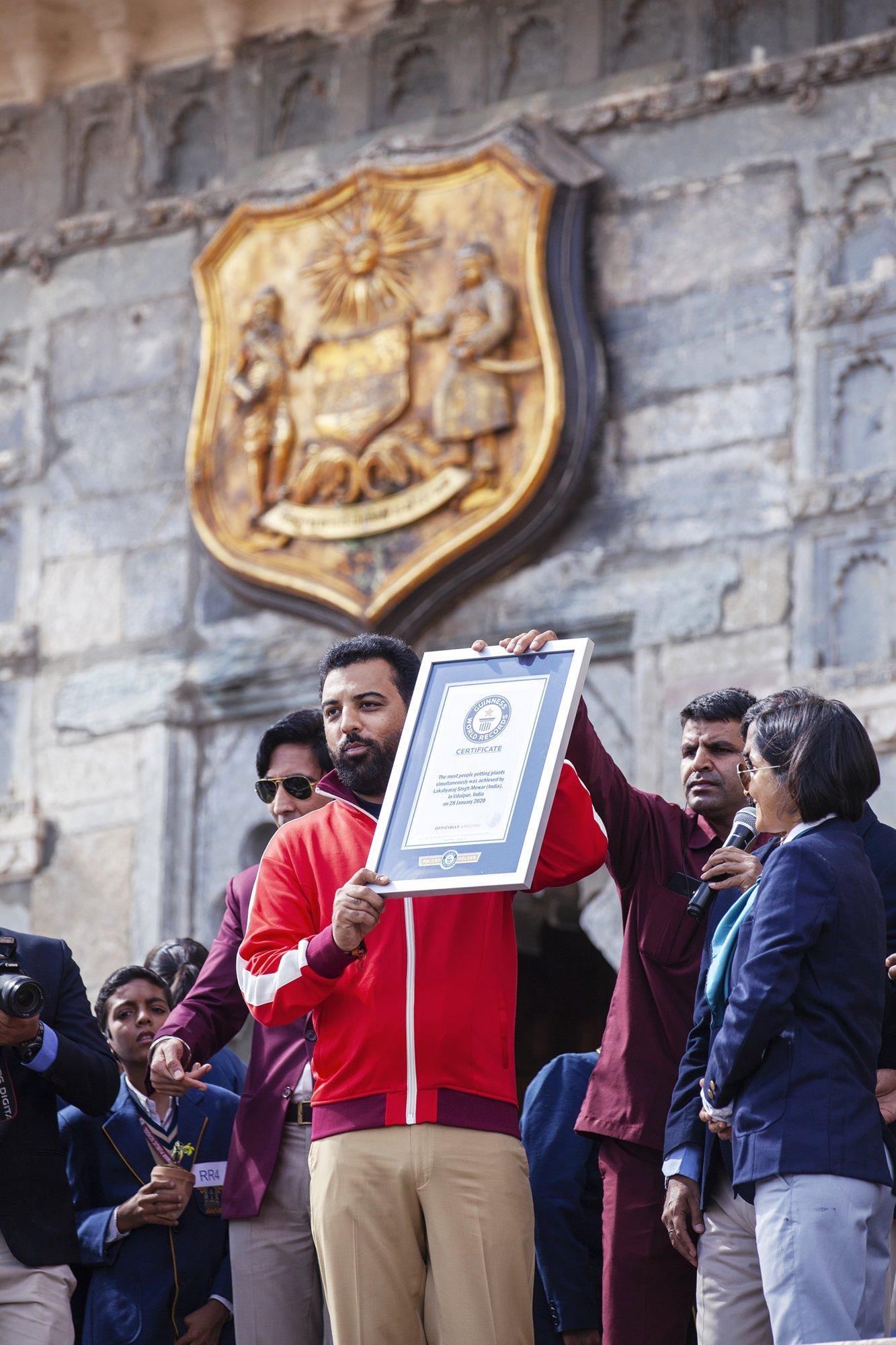 २० सेकंड में एक साथ ४०३५ पौधे लगाकर लक्ष्यराज सिंह मेवाड ने बनाया विश्व रिकॉर्ड