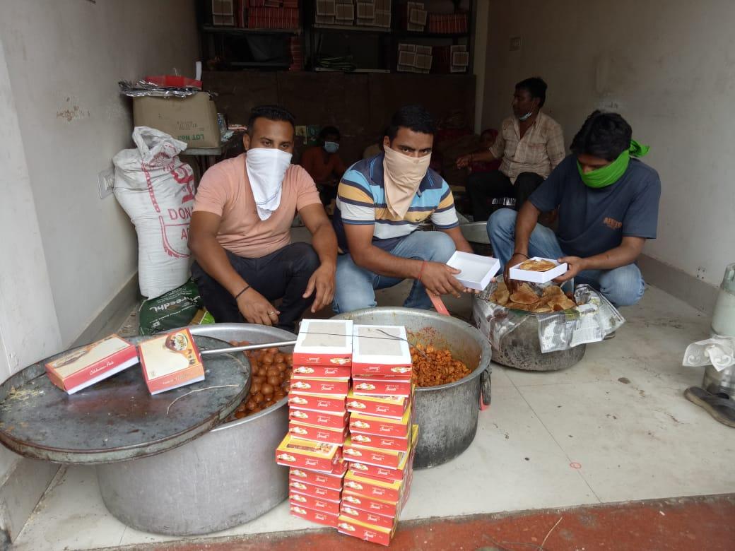 लाॅक डाउन में फंसे गरीब, असहाय, फुटपाट पर रहे लोगों को बांटे खाने के पैकेट