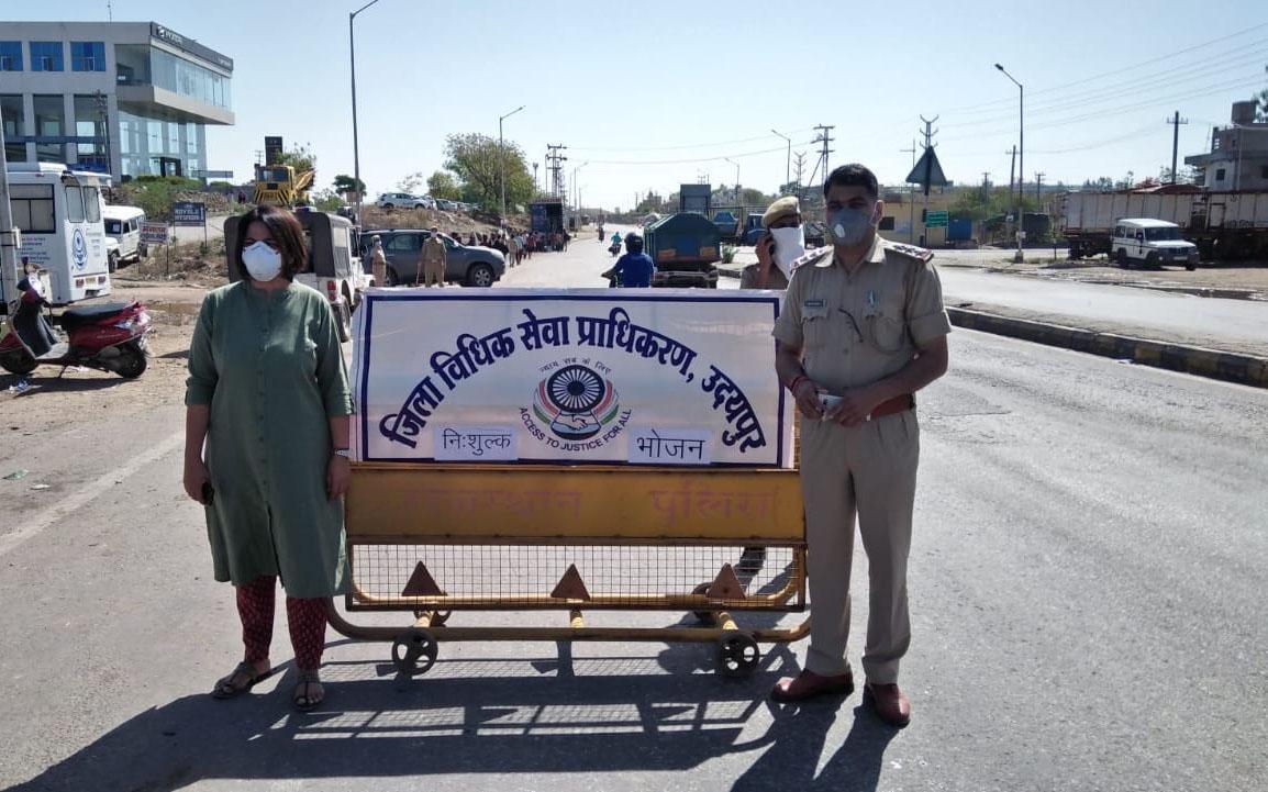 न्यायाधीशों ने बलीचा चौराहे पर किया जल व भोजन का वितरण