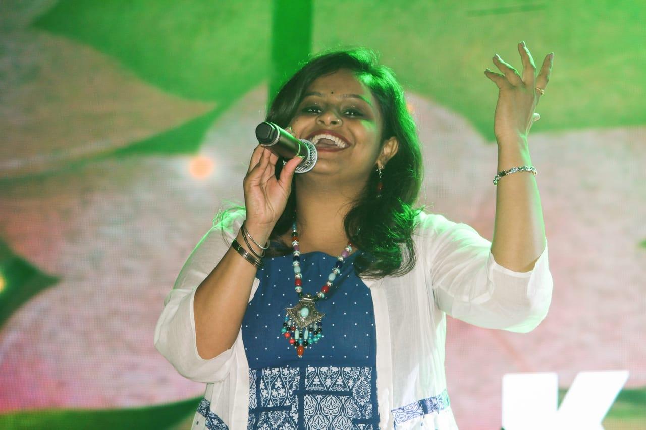 सुरीलें स्वरों में अपनी गायकी से जनता को लुभा रहे संगीतज्ञ