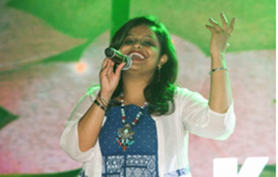 Musicians enticing the public with their singing in melodious voices