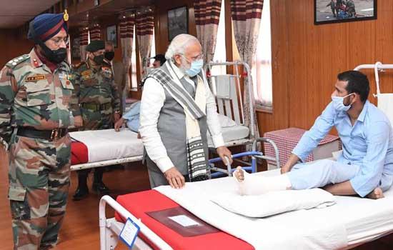 प्रधानमंत्री नरेंद्र मोदी अचानक लेह पहुंचे
