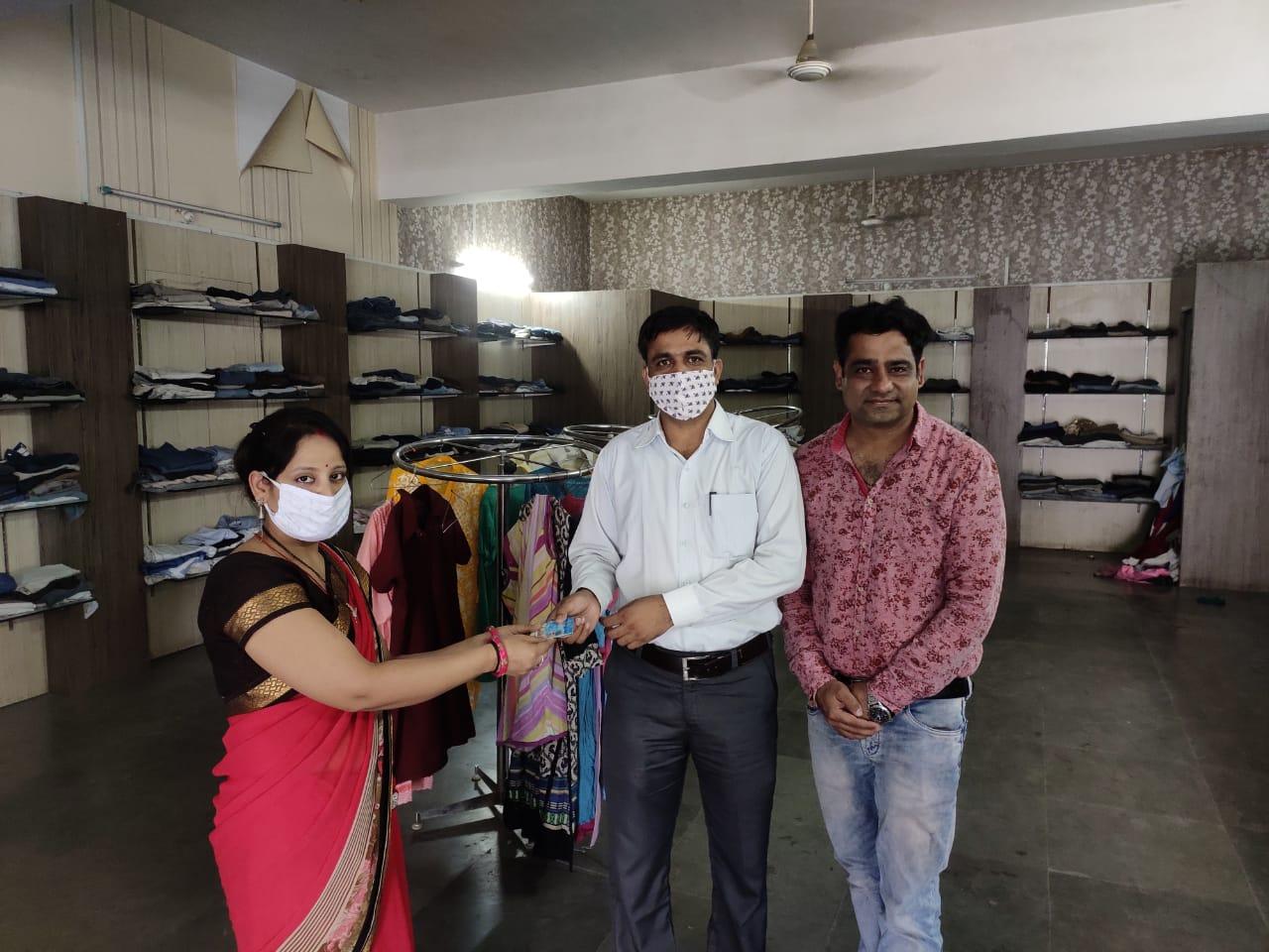दान किए पुराने कपडों में निकले ९ हजार रुपए व एटीएम