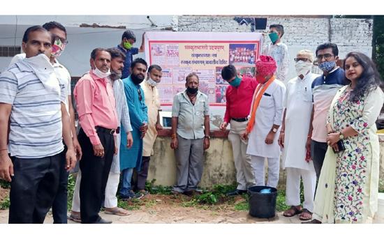 संस्कृत दिवस पर कोराना वारियर्स को रक्षा सूत्र बांधकर रक्षा की कामना की