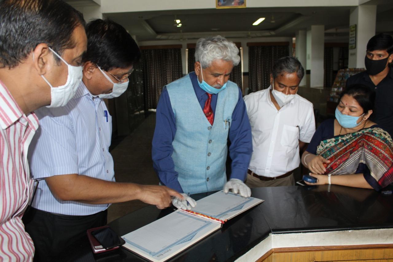 सुविवि- कुलपति ने किया एफएमएस और फार्मेसी विभाग का दौरा