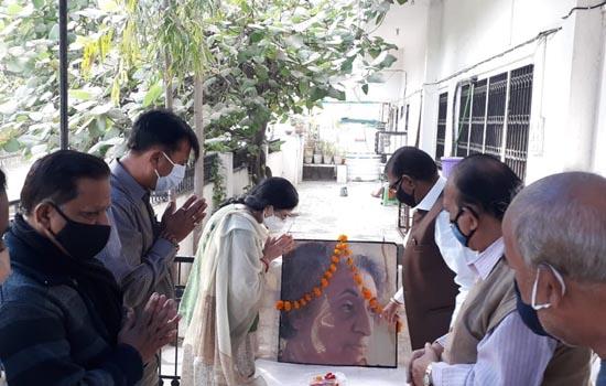 पूर्व प्रधानमंत्री स्वर्गीय श्रीमती इंदिरा गांधी की जयंती पर  पुष्पांजलि अर्पित