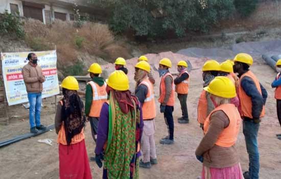श्रमिकों को दी कोविड-19 की जानकारी